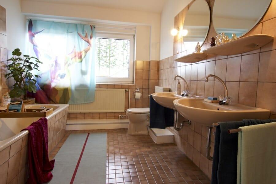 Provisionsfrei für den Käufer:  4-Zimmer-Dachgeschosswohnung zur Eigennutzung oder Kapitalanlage - Bad